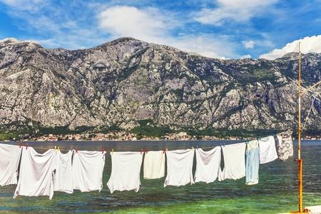 wet clothes: Ropa mojada sec�ndose en el muelle cerca del ojo pescado de mar mirar Montenegro