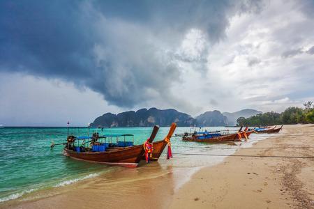 boas: Boas in mare tropicale sotto cupo cielo drammatico. Thailandia