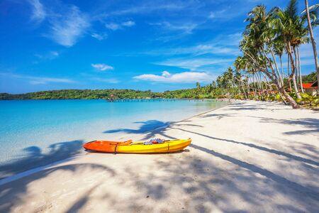 ocean kayak: Kayak en la hermosa playa tropical. Tailandia