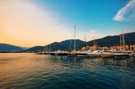 bateau: Voile bateaux et yachts dans la marina au coucher du soleil. Tivat. Monténégro