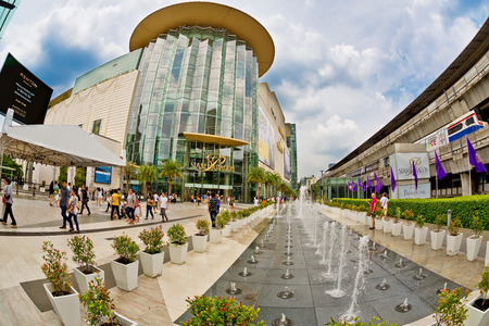 BANGKOK, THAILAND- APRIL 30, 2015: Fountain near Siam Paragon shopping mall.This is one of the biggest shopping center in Asia. It includes a wide range of specialty stores and restaurants. 新聞圖片