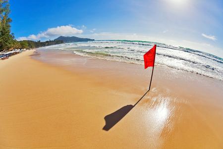 alerta: Bandera roja de advertencia en la playa. Phuket, Tailandia. Foto de archivo
