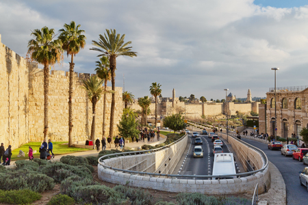 JERUSALEM, ISRAEL - DECEMBER 29, 2016: A road traffic along the wall of the old city of Jerusalem near the Jaffa gate Фото со стока - 75126209