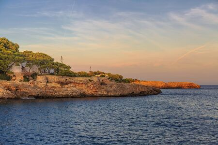 Coucher de soleil sur la petite plage tropicale de Borgit près de la célèbre plage de Mandrago. Île de Majorque, Espagne Mer Méditerranée, Îles Baléares.