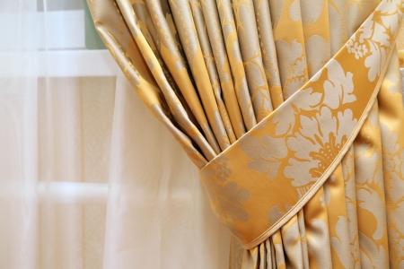 cortinas: hermoso tel�n en el borde de una ventana