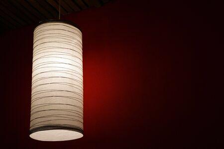 electric fixture: L'apparecchio elettrico con una lampada ombra, in una stanza