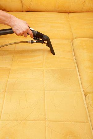 manos limpias: Profesionales de la limpieza de la tapicer�a en un sof�