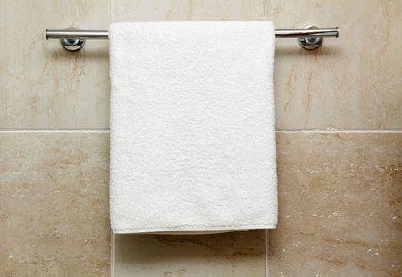 handt�cher: Sauberen wei�en Handtuch auf einem Kleiderb�gel