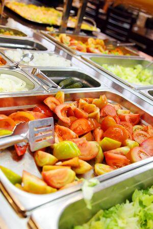 charolas: Verduras para ensaladas en el restaurante Foto de archivo