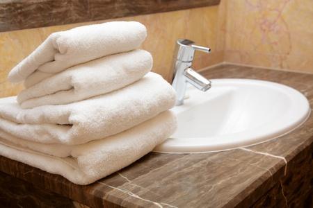 strandlaken: Zuivere handdoeken op een wastafel Stockfoto