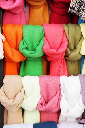 bufandas: pa�uelos de colores diferentes en el almac�n Foto de archivo