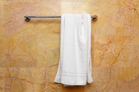handtcher: Saubere wei�e Handtuch auf einem B�gel