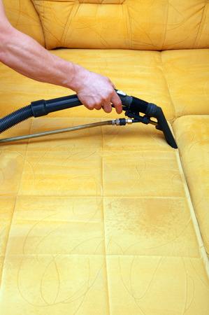 personal de limpieza: el hombre es la limpieza de la tapicer�a en el sof�