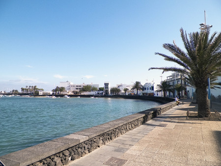 View of El Charco de San Gines, the beautiful marina in Arrecife City. Canarian Architecture, and it's tropical nature. 免版税图像