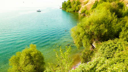 Coastal area of Ochrid Lake, Macedonia. Beautiful blue, transparent water of the oldest lake in Europe. Travel and nature concept. 版權商用圖片 - 151444193