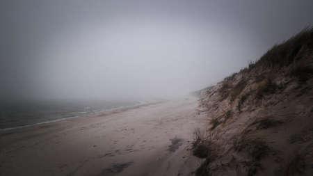 Coastal area at cold, foggy day in Lazy. Stormy weather on Baltic sea coast, Northern Poland. 版權商用圖片 - 152484100