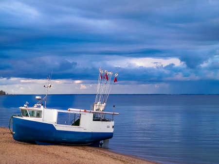 Fishing boat on a Baltic Sea coast in Mechelinki, Poland. Mechelinki is small fisherman's village in poland. Copy Space on cloudy sky. 版權商用圖片 - 152363198