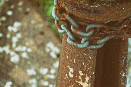 Rusty steel chain element, industrial background for commercial use. Banco de Imagens