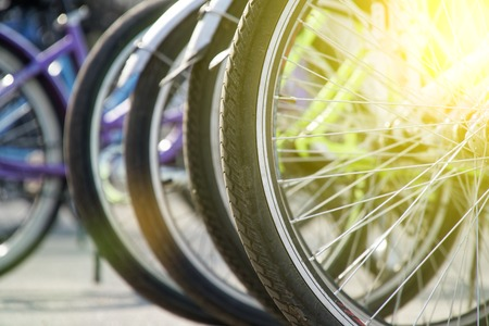 Rueda de bicicleta en una fila detalle de rueda de primer plano, radios de bicicleta