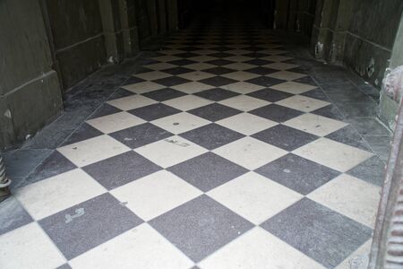 Old checkered floor. Black and white checkered marble floor. 免版税图像