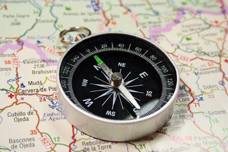 überleben: Kompass auf einer Stra�enkarte