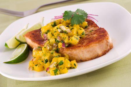 pez espada: pez espada con salsa de mango y limón  Foto de archivo