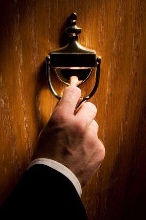tocar la puerta: Aldaba (lugar de su texto en una placa martinete)  Foto de archivo