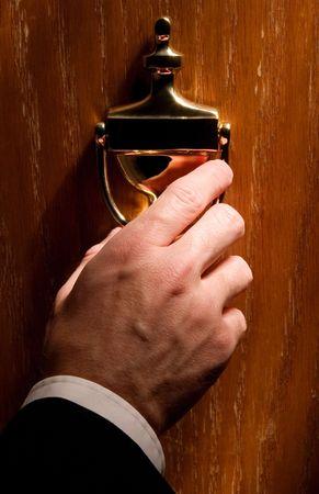 tocar la puerta: Aldaba (Coloque su texto en una placa martinete)  Foto de archivo
