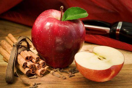 Apple, cloves and cinnamon (apple pie ingredients)