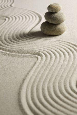 piedras zen: Pila de piedras sobre la arena rastrillada Foto de archivo