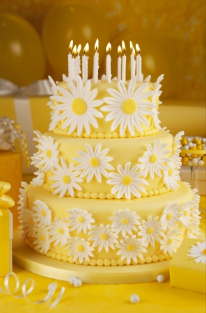 cake with icing: Daisy birthday cake