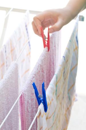 wet clothes: Manos que ponen la ropa mojada a secar al aire libre Detalle