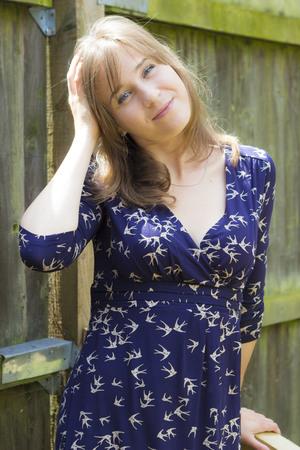 Sonriente joven morena retrato al aire libre en verano