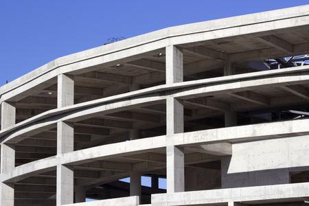 salle de sport: Construction d'une salle de sport contre le ciel bleu.