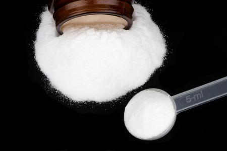 casein: El monohidrato de creatina en el fondo negro