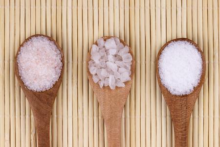 3 つのスプーンでヒマラヤの塩、海の塩、白塩です。