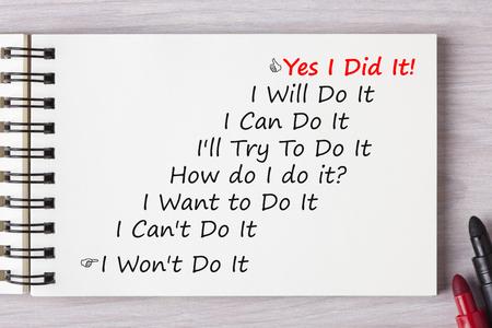 Ja, ich tat es! geschrieben in Notizbuch mit Markierungsstift auf Holzschreibtisch. Geschäftskonzept.