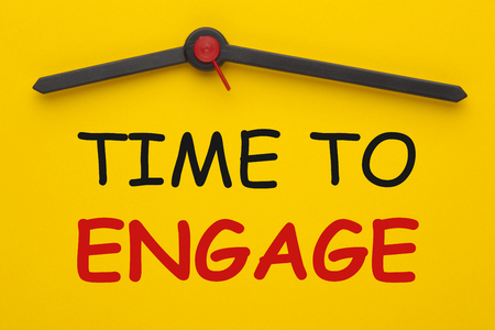 TIME TO ENGAGE text on yellow clock. Business Concept. Stockfoto