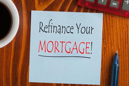 Refinanzieren Sie Ihre Hypothek auf Notiz mit Stift eine Seite, Tasse Kaffee und Taschenrechner.