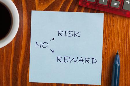 Geen risico Geen beloning op notitie met pen een kant, kopje koffie en rekenmachine. Bedrijfsconcept Stockfoto