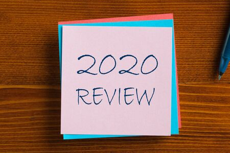 2020 Review on note on the wooden desk with pen aside. Business concept Stockfoto - 132487171