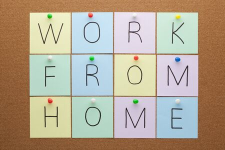 Work from home text on notes pinned on cork board. Stockfoto