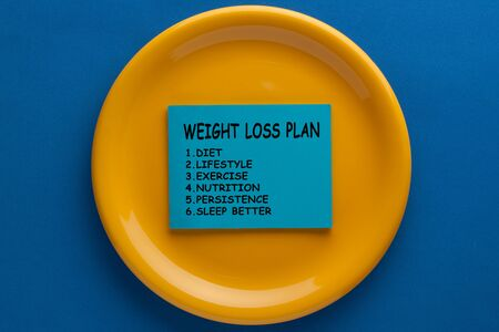 Weight loss plan  text  in sticky note on plate. Diet, healthy life style concept.  Stockfoto