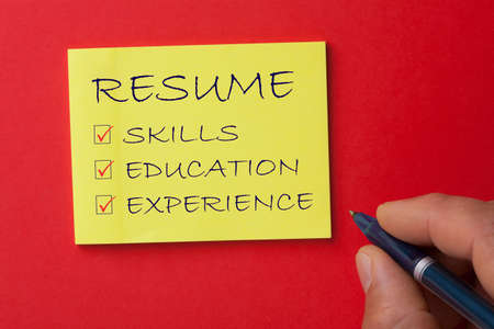 Handwriting successful employment concept with resume checklist: skills, education and experience. 免版税图像