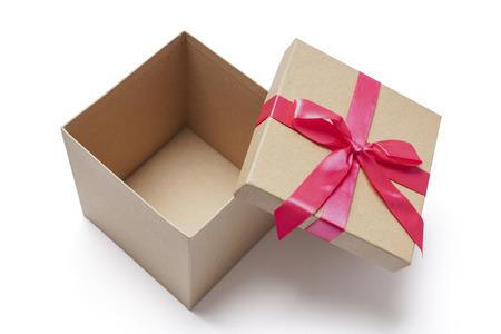 Open kartonnen geschenkdoos met rode linten geïsoleerd op wit