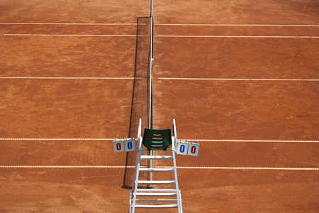 an umpire: Umpire chair with scoreboard on a tennis court before the game. The playground is empty and the score is zero to zero. Stock Photo