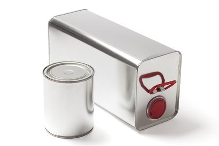 productos quimicos: Dos latas de diferentes pinturas y productos químicos en blanco con el camino de recortes.