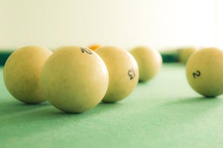 Grandes boules de billard blanc sur toile verte Banque d'images