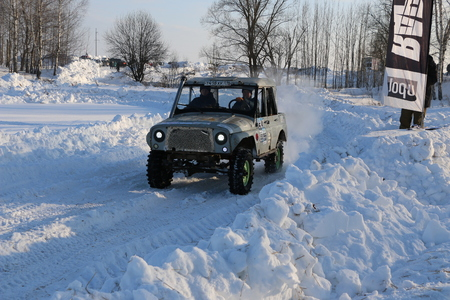 SALTAC-KOREM, RUSSIA - FEBRUARY 11, 2018: Winter auto show jeeps - Ice kneading 2018. driving modified jeep off-road - monster truck rides through snow and snowdrifts, jumping  car from snowy slopes Editoriali