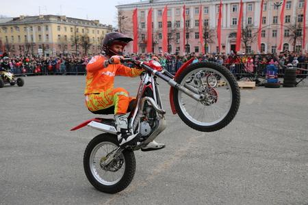 YOSHKAR-OLA, RUSSIA - MAY 5, 2018: Motoshow in central square of city. Tricks on motorcycle, stuntmen, Stunt Riding Redakční